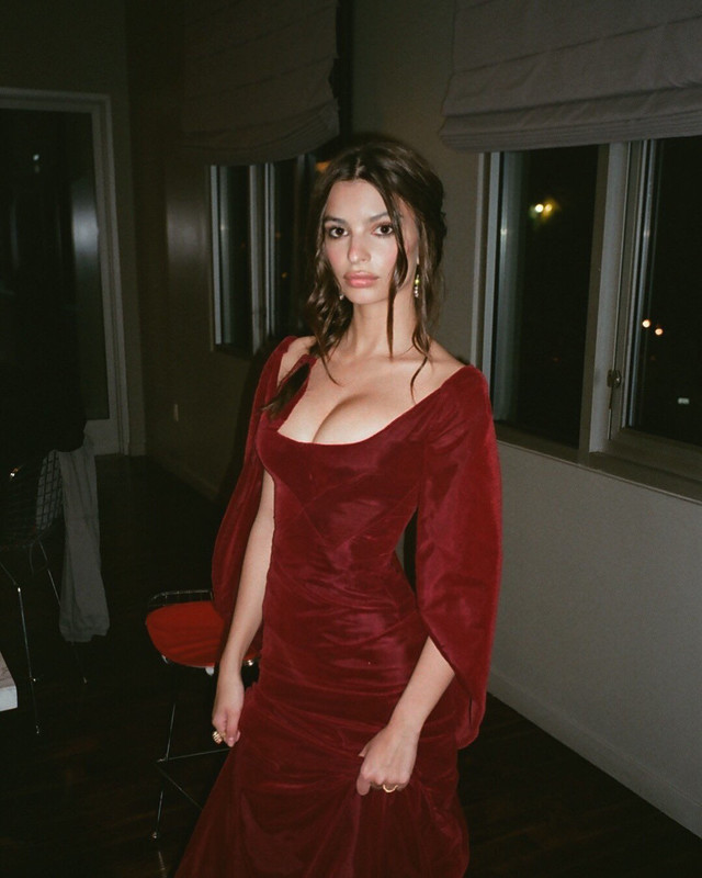 Emily Ratajkowski shows off her cleavage at the 2018 Vanity Fair Oscar Party  x6l31icu2k.jpg