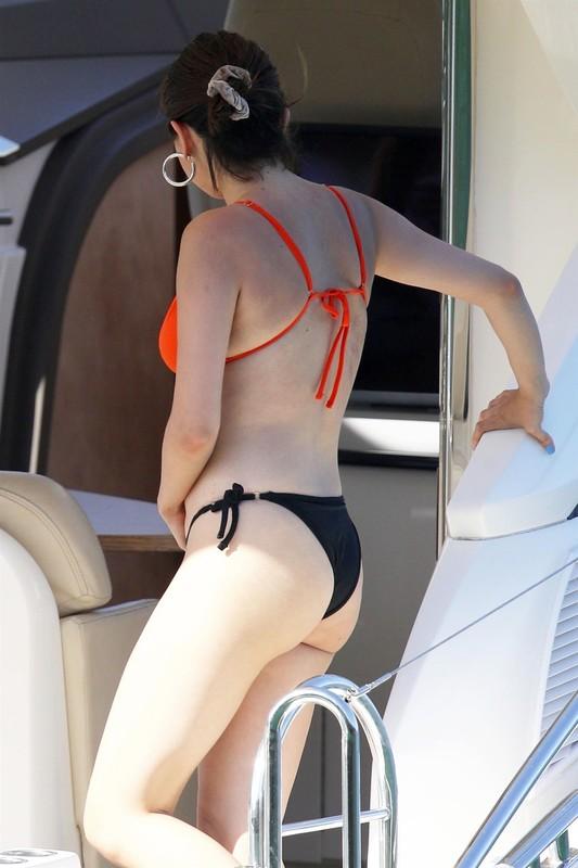 Selena-Gomez-enjoyed-her-vacation-in-black-orange-bikini-in-Sydney-Harbour-d6m28kfpch.jpg