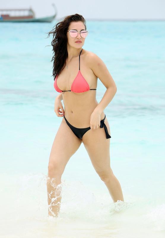 -Chloe-Goodman-shows-off-her-sexy-bikini-body-on-the-beach-in-Dubai-j6ni1lwtjp.jpg