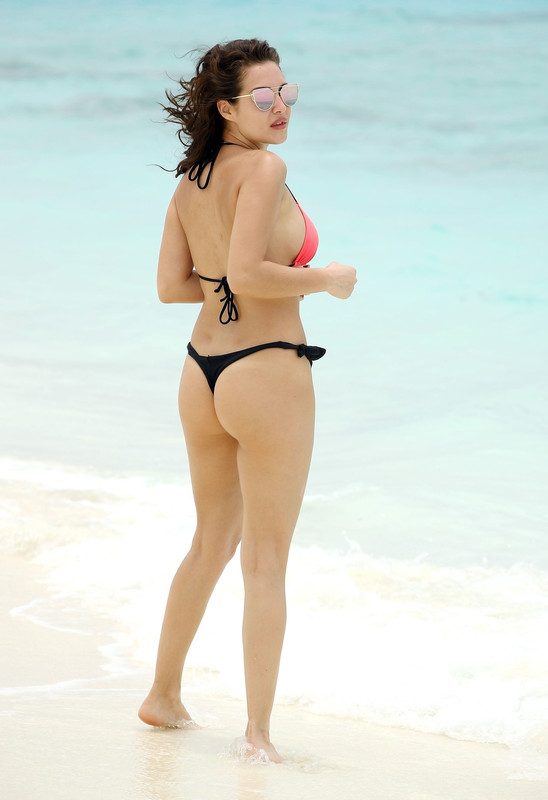 -Chloe-Goodman-shows-off-her-sexy-bikini-body-on-the-beach-in-Dubai-u6ni1l86qn.jpg