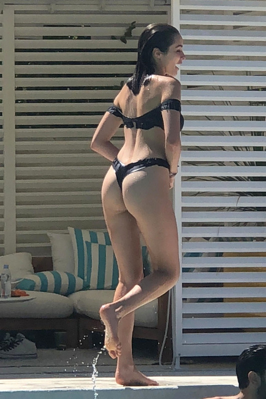 Olivia-Culpo-and-Cara-Santana-were-spotted-hanging-out-poolside-in-Palm-Springs%2C-m6owel1ix0.jpg