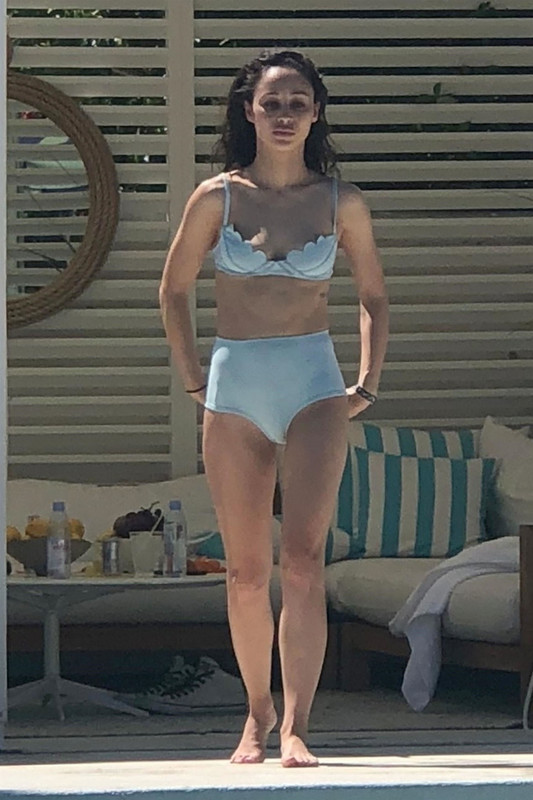 Olivia-Culpo-and-Cara-Santana-were-spotted-hanging-out-poolside-in-Palm-Springs%2C-26owekwbdb.jpg