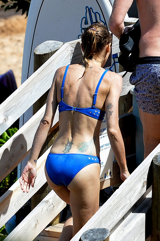 -Jaime-King-enjoys-some-snorkeling-in-Hawaii-with-her-filmmaker-husband-Kyle-New-p6pmdqvfns.jpg