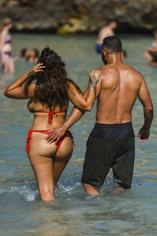 Malin-Andersson-was-spotted-on-the-beaches-in-Spain-with-her-boyfriend-w6qm1qdxay.jpg