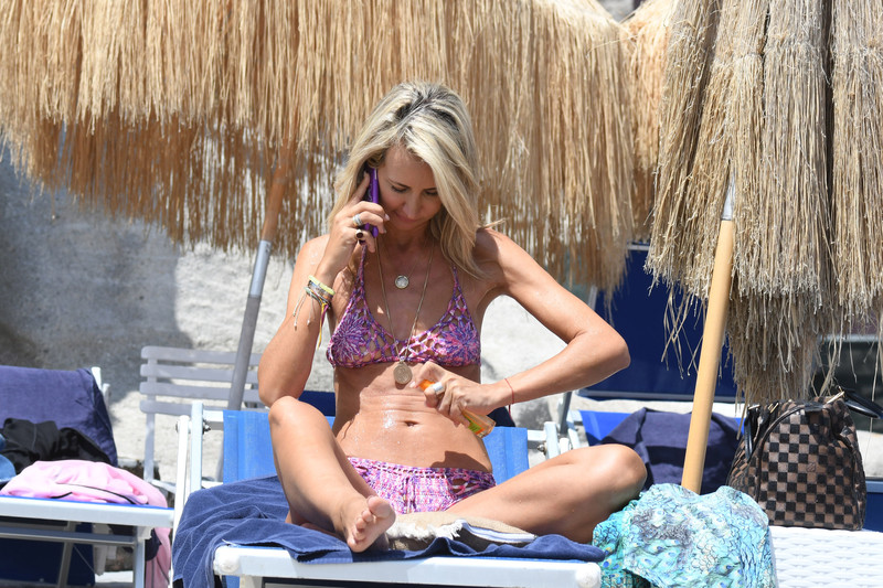Victoria-Hervey-was-in-a-pink-bathing-suit-at-the-Hotel-Regina-Isabella%2C-Italy-u6qqfsvz1m.jpg